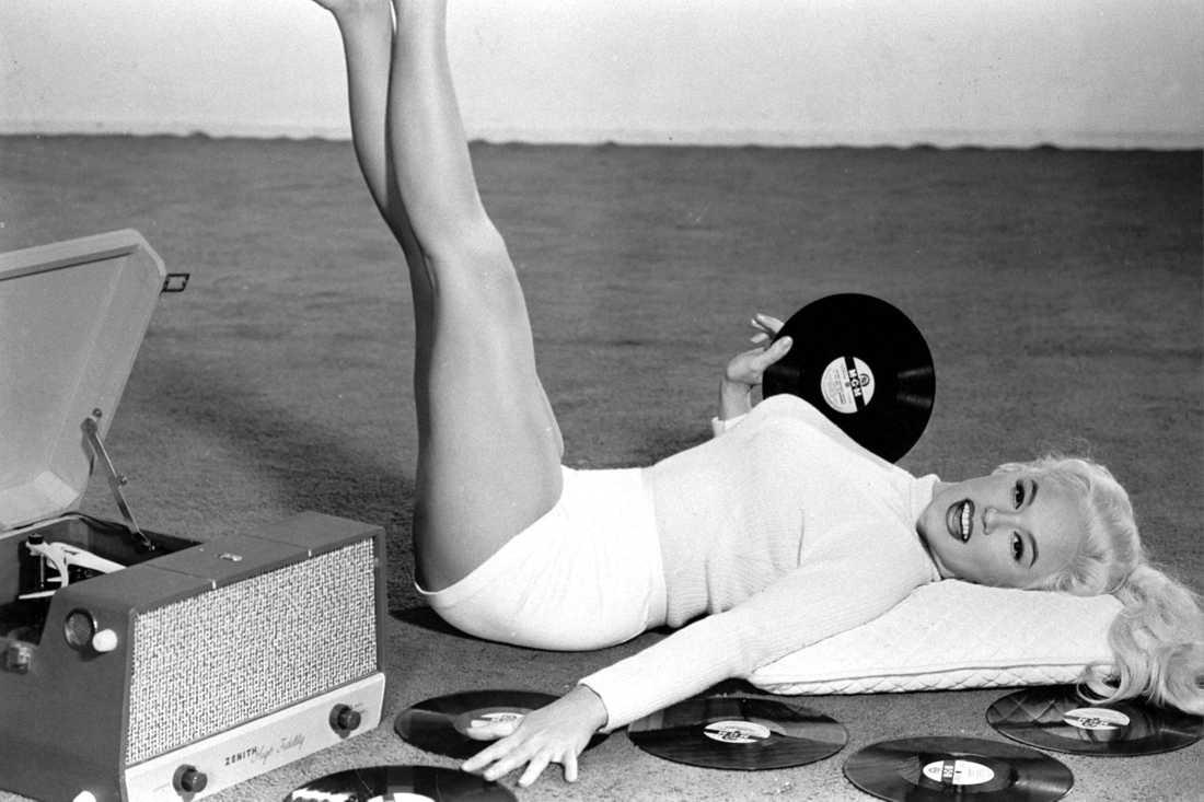 Anita Ekberg med gramofon i odaterad arkivbild