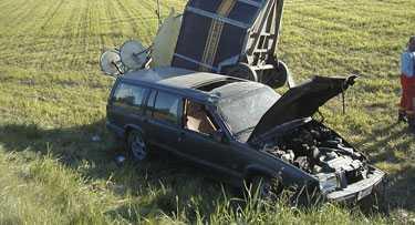 olycksbilen Här, några kilometer norr om Helgum, omkom travtränaren Anders Skoglund. De två hästarna på släpet klarade sig utan allvarligare skador.