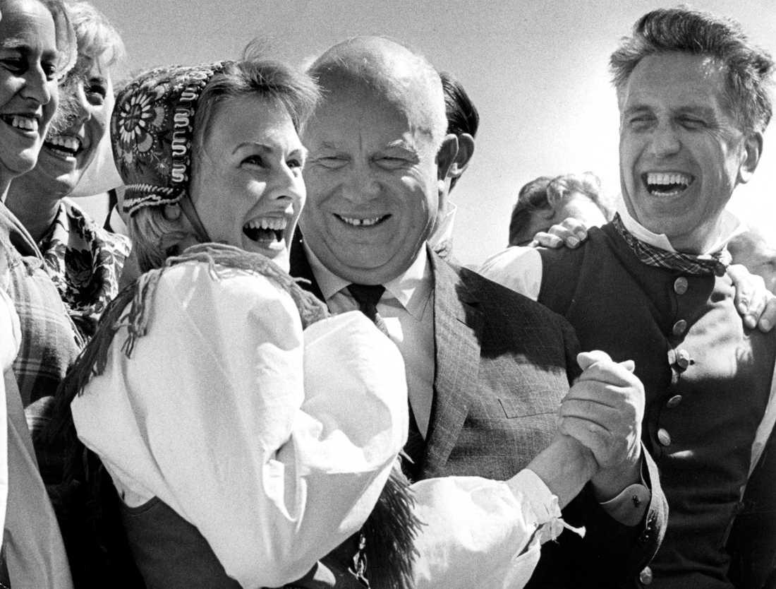 Sovjetunionens regeringschef Nikita Chrusjtjov pustar ut efter att ha dansat ringdans utanför Skogaholms herrgård i Stockholm, i samband med sitt officiella besök i Sverige 26:e juni 1964.