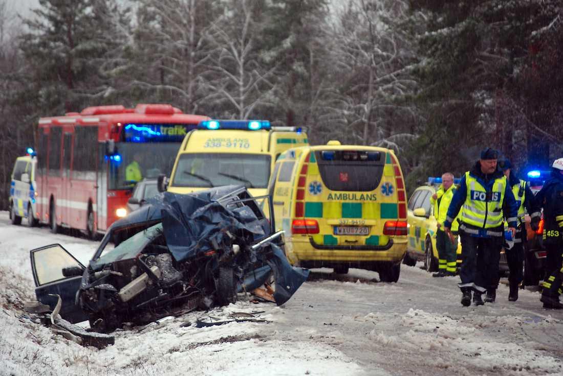 En buss och en personbil krockade vid lunchtid på lördagen i närheten av Grödby norr om Nynäshamn.