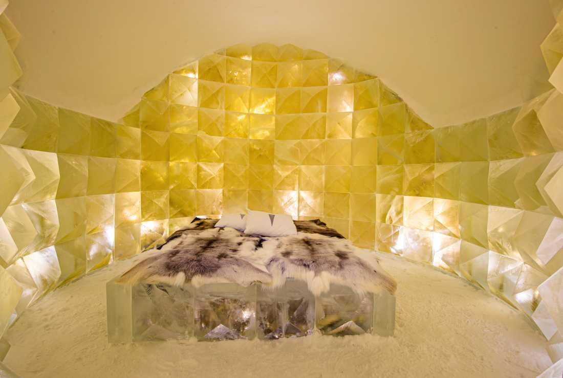 """Nicolas Triboulot och Jean-Marie Guitera har skapat rummet """"Golden ice"""" som står i kontrast mot det annars blå hotellet."""