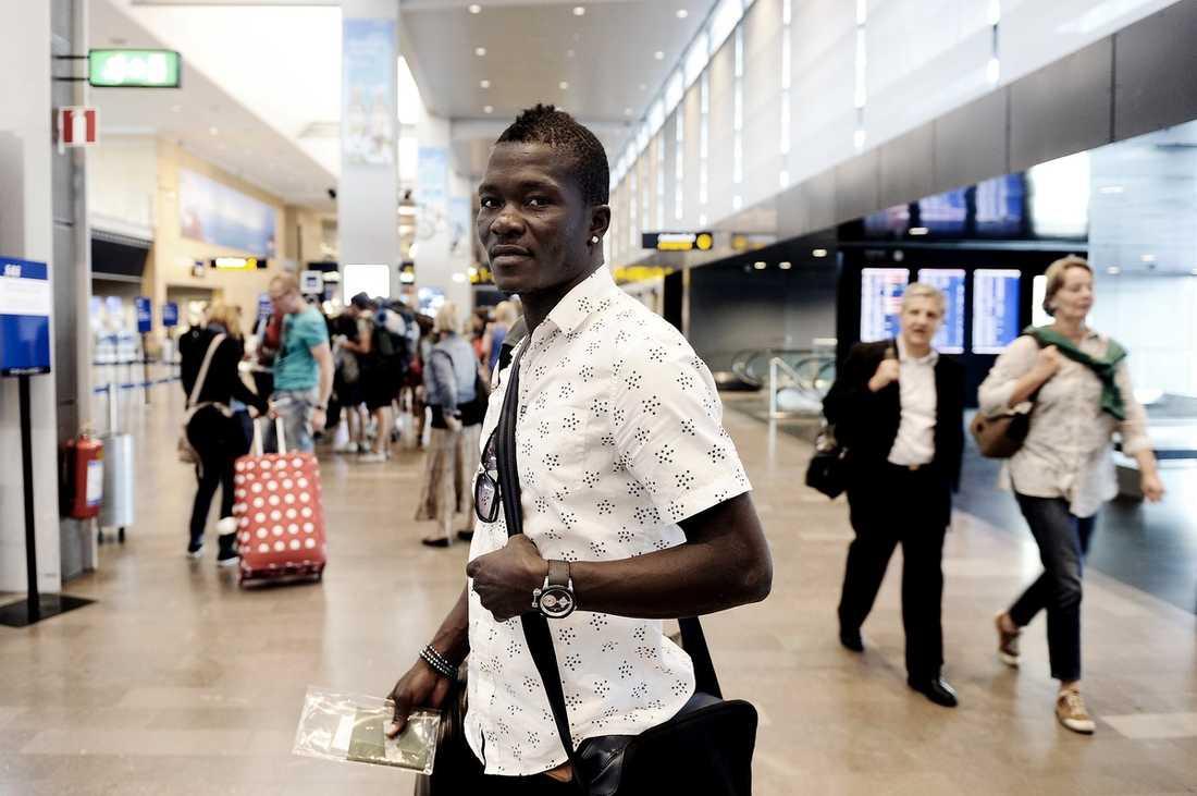 BYE, BYE, BANGURA Teteh Bangura lämnade Sverige i går. Flyget från Arlanda till Turkiet tar honom till en ny karriär och en betydligt högre lön i Süper Lig.