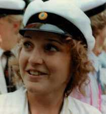 Student Karolina Johnsson på en bild från sin studentexamen 1984.