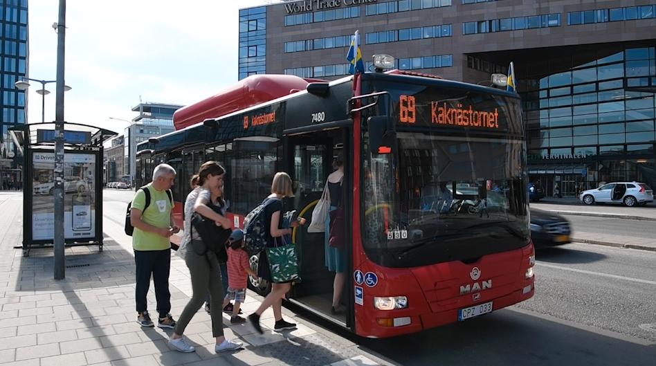 Sex av tio av de bussar som Aftonbladet har åkt i skulle vara olagliga för djurtransport.