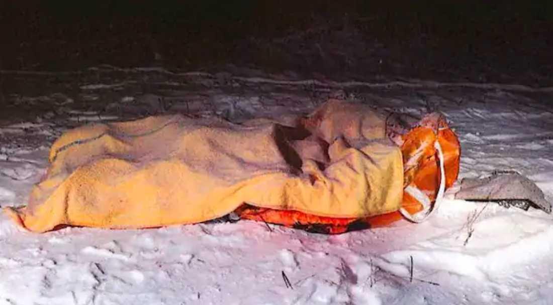 I den här säcken dumpades kvinnan i snön - men hon lyckades efter flera timmar ta sig loss - annars hade hon frusit ihjäl.