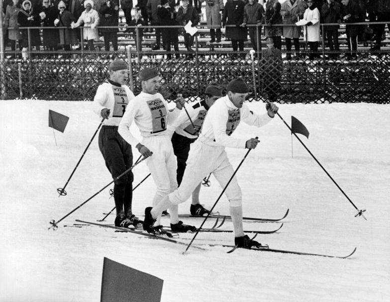 Tredje växlingen vid stafetten 4x10 km vid OS i Innsbruck 1964. Janne Stefansson växlar till Assar Rönnlund, längskidåkare Sverige, och Kalevi Laurila växlar till Eero Mäntyranta, Finland landslaget