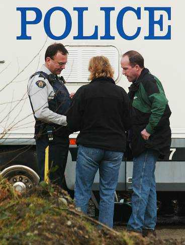 Polisens brottsplatsexperter granskar föremål som hittats på grisfarmen.