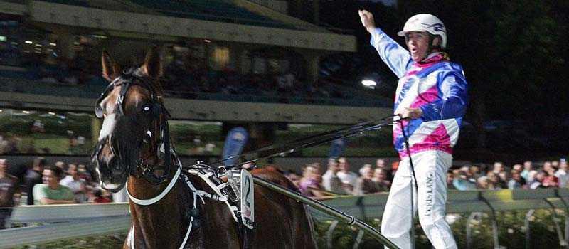 Sundons Gift och kusken Chris Lang showar efter lördagens seger i Melbourne.