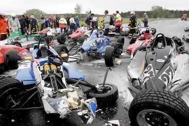 Två till sjukhus Starten hade precis gått när 21 av 31 bilar i Formel-Ford kolliderade på Gelleråsen.
