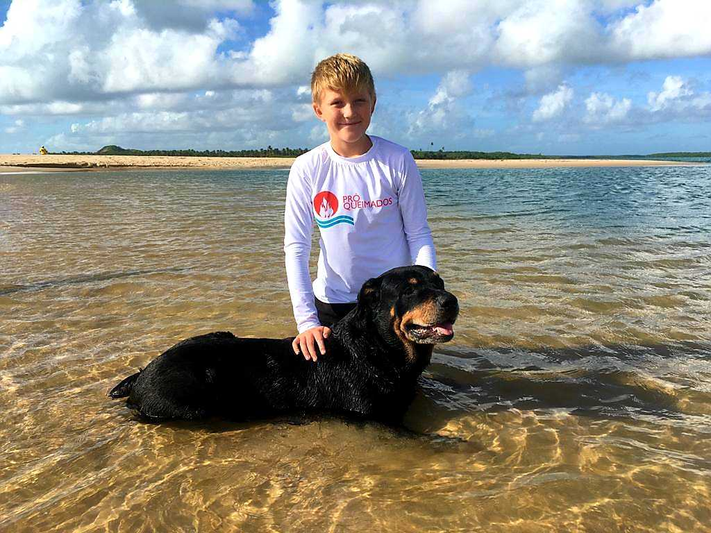 Alfonso på stranden med hunden Balto.