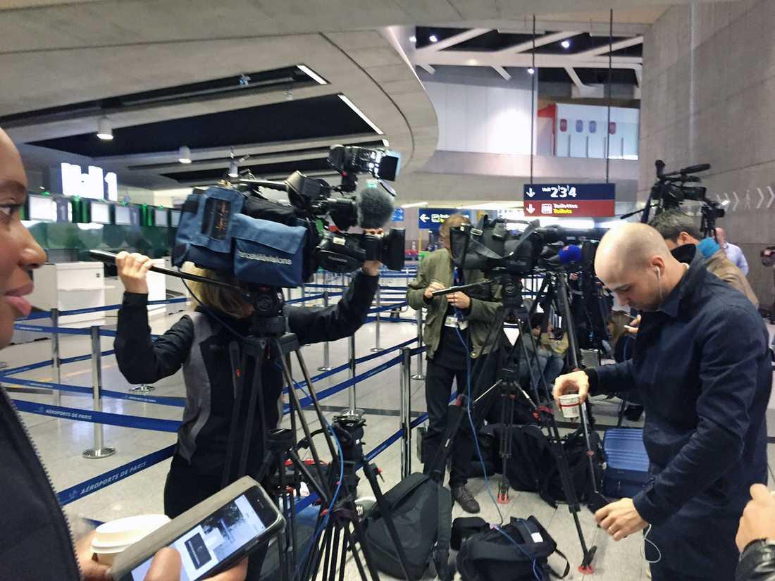 Pressen började samlas tidigt på morgonen på flygplatsen i Paris.