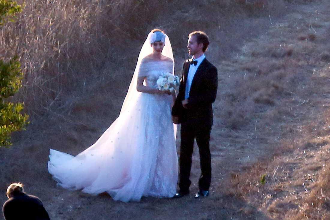 Filmstjärnan Anne Hathaway bar en Valentino-klänning när hon gifte sig med Adam Schulman förra året. Hon ville att den skulle ha vintage-stil och hon prisade designern efteråt i flera intervjuer.
