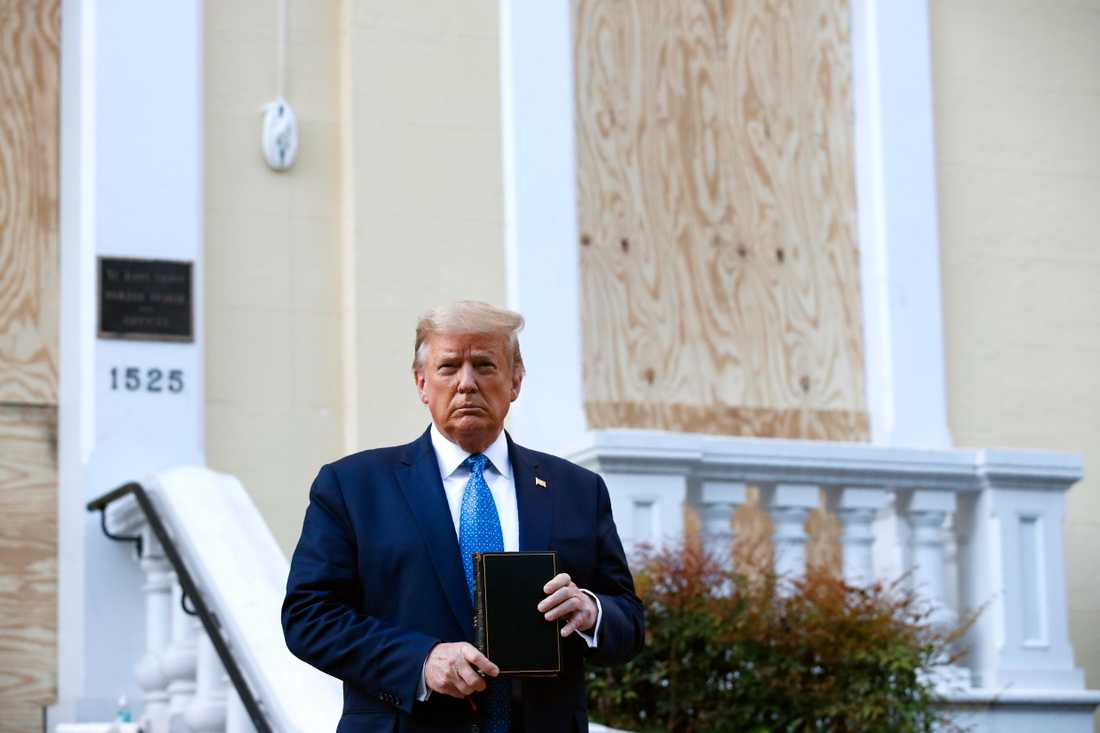Flera kritiska röster har höjts mot Trumps sätt att leda landet just nu. I synnerhet efter hans fototillfälle med bibeln.