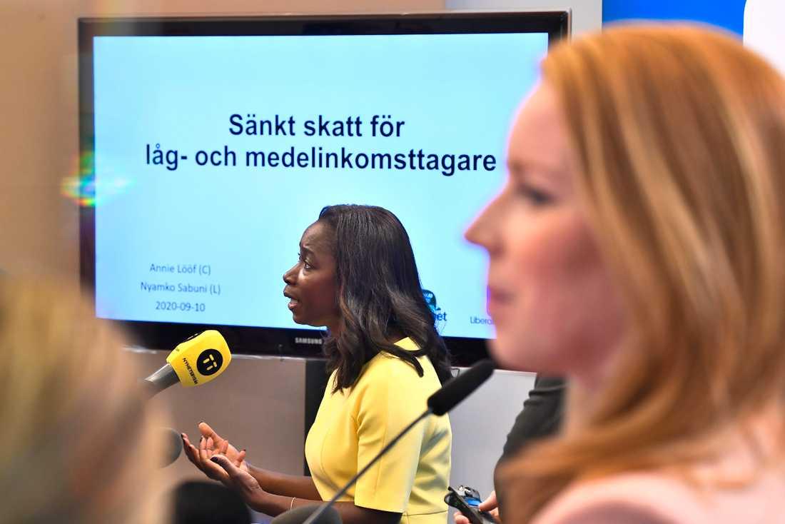 Liberalernas partiledare Nyamko Sabuni och Centerpartiets ledare Annie Lööf presenterar uppgörelsen om sänkt skatt.