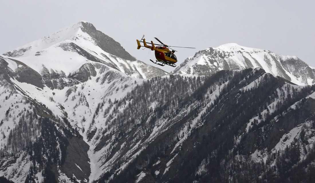 Räddningshelikopter över franska alperna.