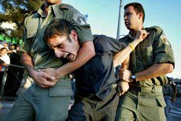 Israelisk polis griper en israelisk demonstrant som protesterar mot att alla judiska bosättningar skall bort från Gaza. Enligt Anders H Pers kommer mediernas rapportering om tvångsförflyttningar att vara svårgripbar för journalisterna.