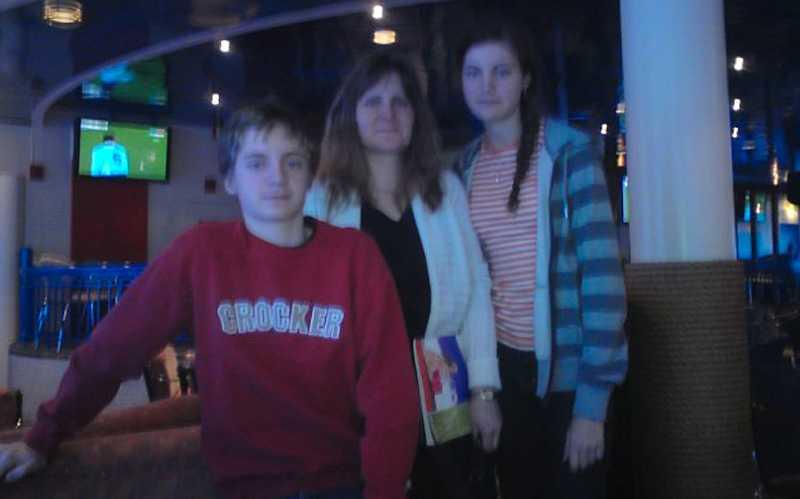 Camilla Alm, i mitten, tillsammans med barnen Jacob Garpö och Jenny Garpö.