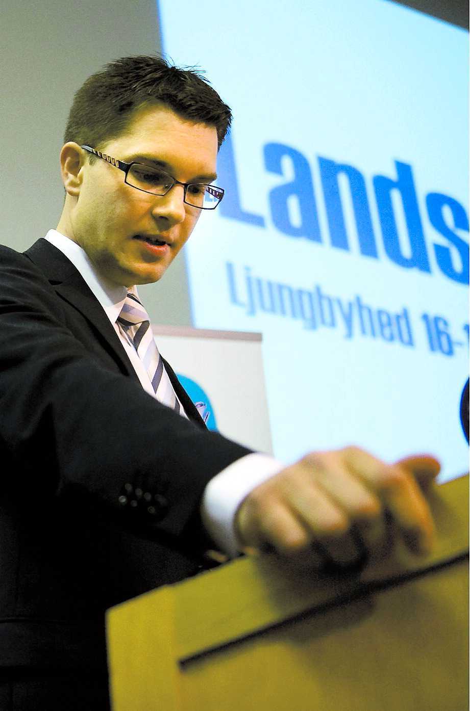 ENKEL OCH OBEHAGLIG TAKTIK Jimmie Åkesson omvaldes som väntat till ordförande på Sverigedemokraternas partidagar i Ljungbyhed.