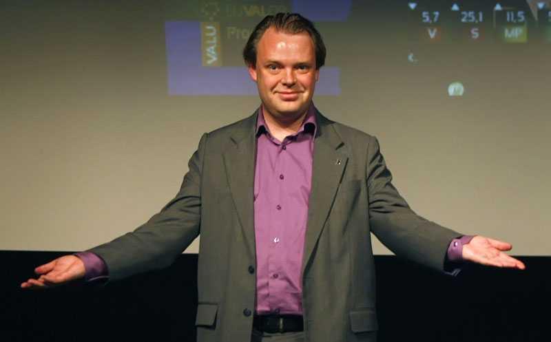 Piratpartiets ledare Rickard Falkvinge har förstått att de unga väljarna inte längre köper de traditionella partiernas gamla budskap, enligt en läsare.