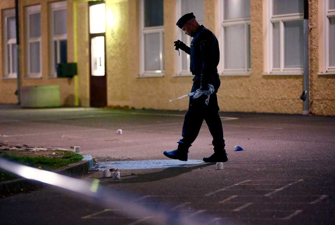 Polis vid sjumilaskolan i Biskopsgården där en dödsskjutning ägde rum hösten 2015.