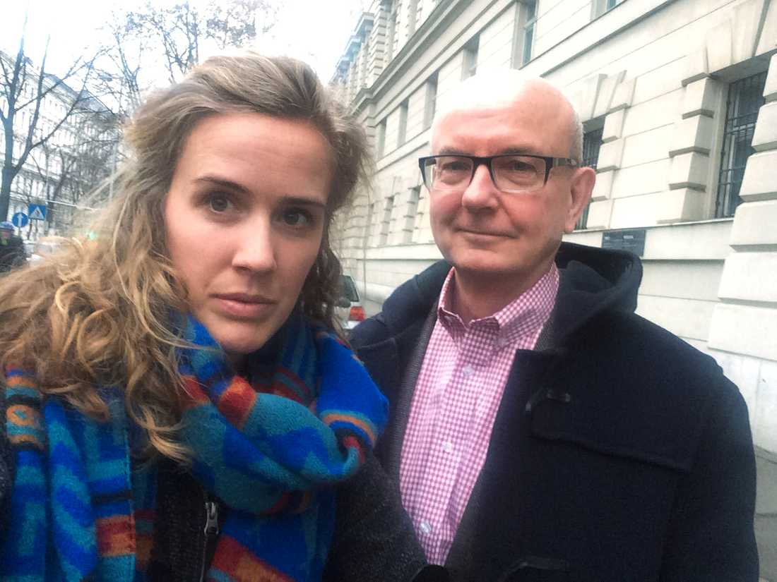 Aftonbladets Anna Tärnhuvud och Peter Kadhammar på plats utanför rättssalen i Wien.