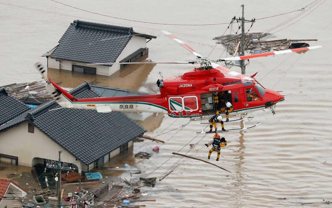 En människa räddas från sitt hus i Kurashiki i prefekturen Okayama.