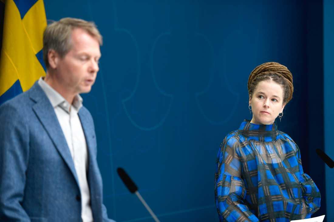 """Kulturutskottets ordförande Christer Nylander (L) och kultur- och demokratiminister Amanda Lind (MP) presenterar nya miljoner till kulturen. """"Det kommer att vara av vikt för kulturlivet för lång tid framöver"""", säger Nylander på en pressträff."""