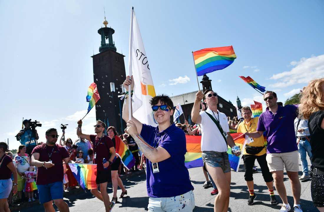 Stockholm Prides ordförande Vix Viktoria Herjeryd under prideparaden.