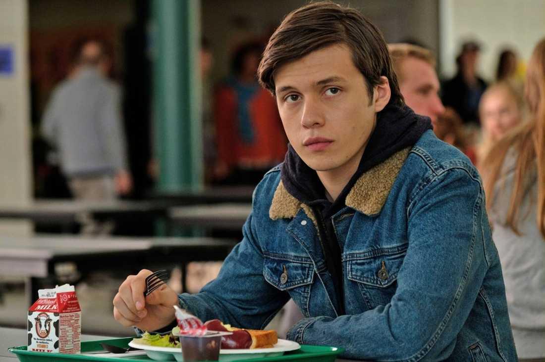 Nick Robinson spelar Simon.