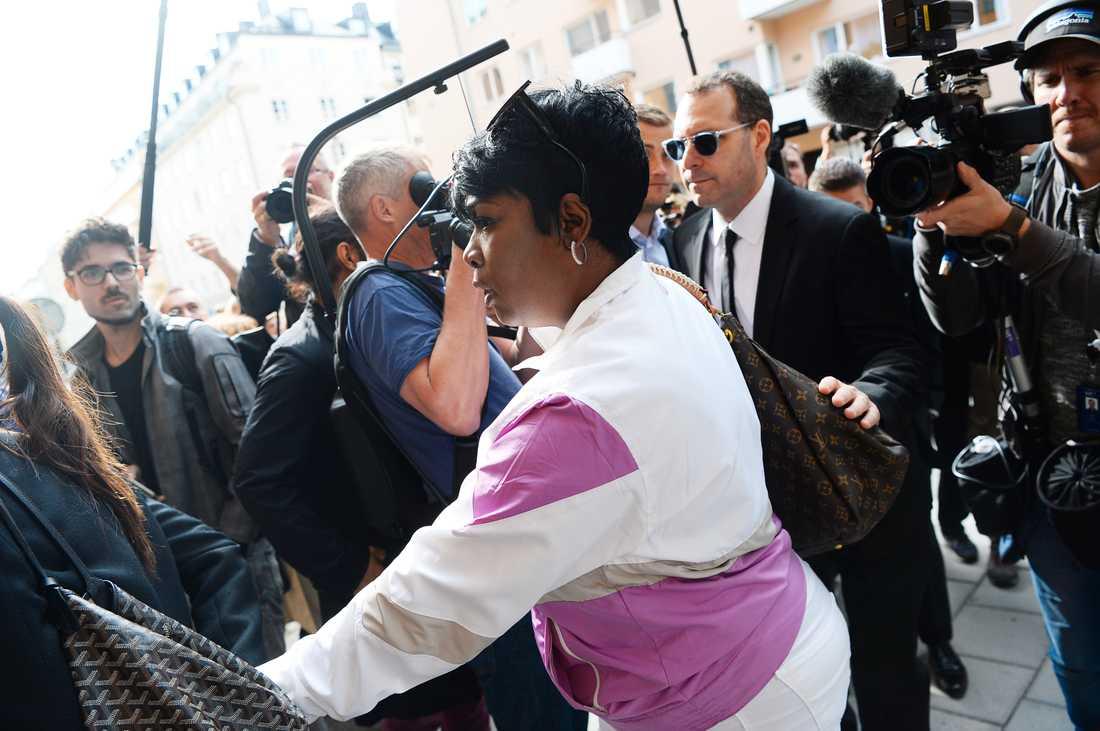 ASAP Rockys mamma Renee Black på plats utanför tingsrätten.