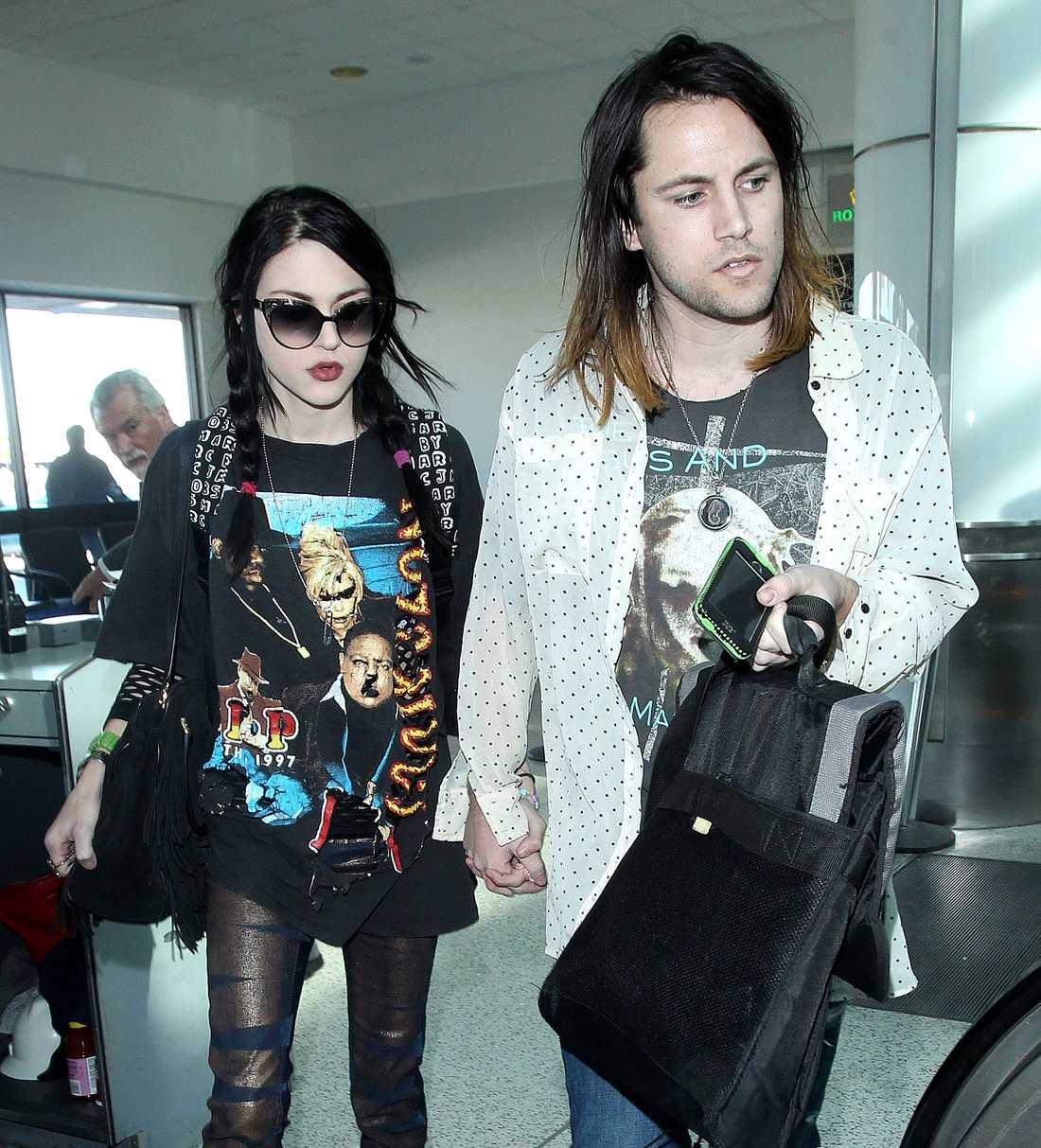 Frances Cobain har lämnat in en ansökan om skilsmsh/All over preässa från maken Isaiah Silva.