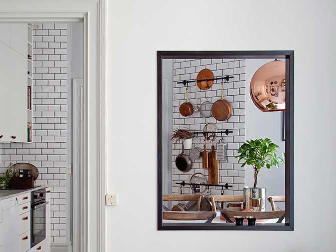 Öppningen mellan rum och kök hjälper till att skapa rymd i den lilla lägenheten.