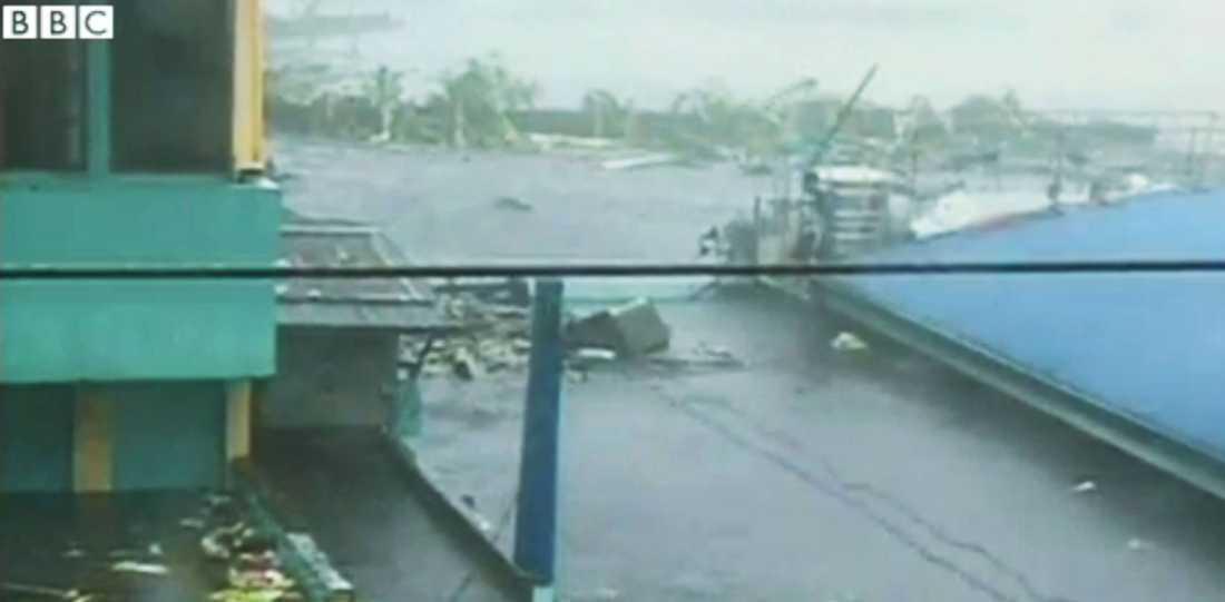En video från BBC visar de enorma vassorna som vällde in i samband med tyfonen.