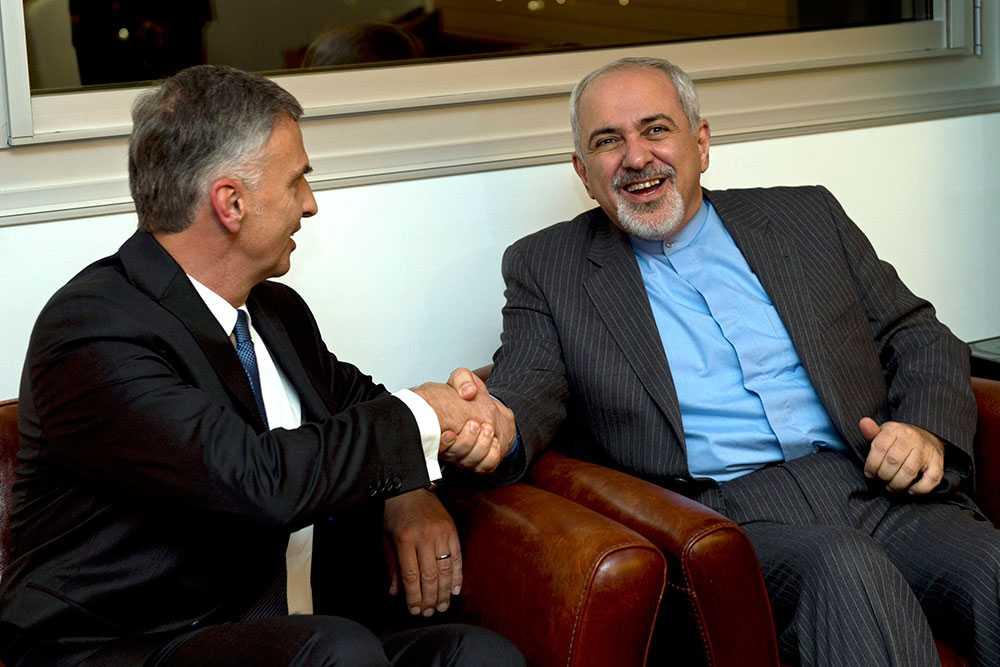 Avtalet är klart Schweiz utrikesminister Didier Burkhalter skakar hand med sin iranska kollega, Mohammad Javad Zarif.