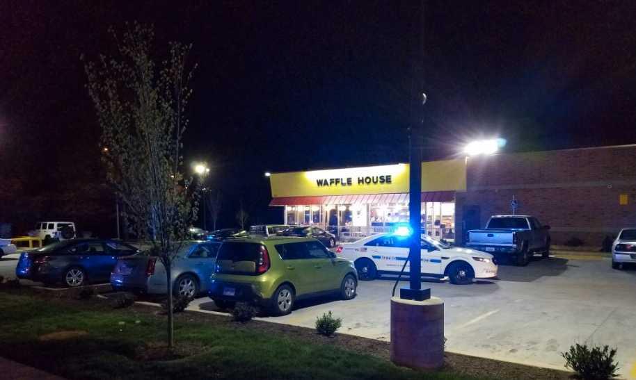 Tre personer har skjutits ihjäl på Waffle House i Antioch sydöst om Nashville, Tennesse.