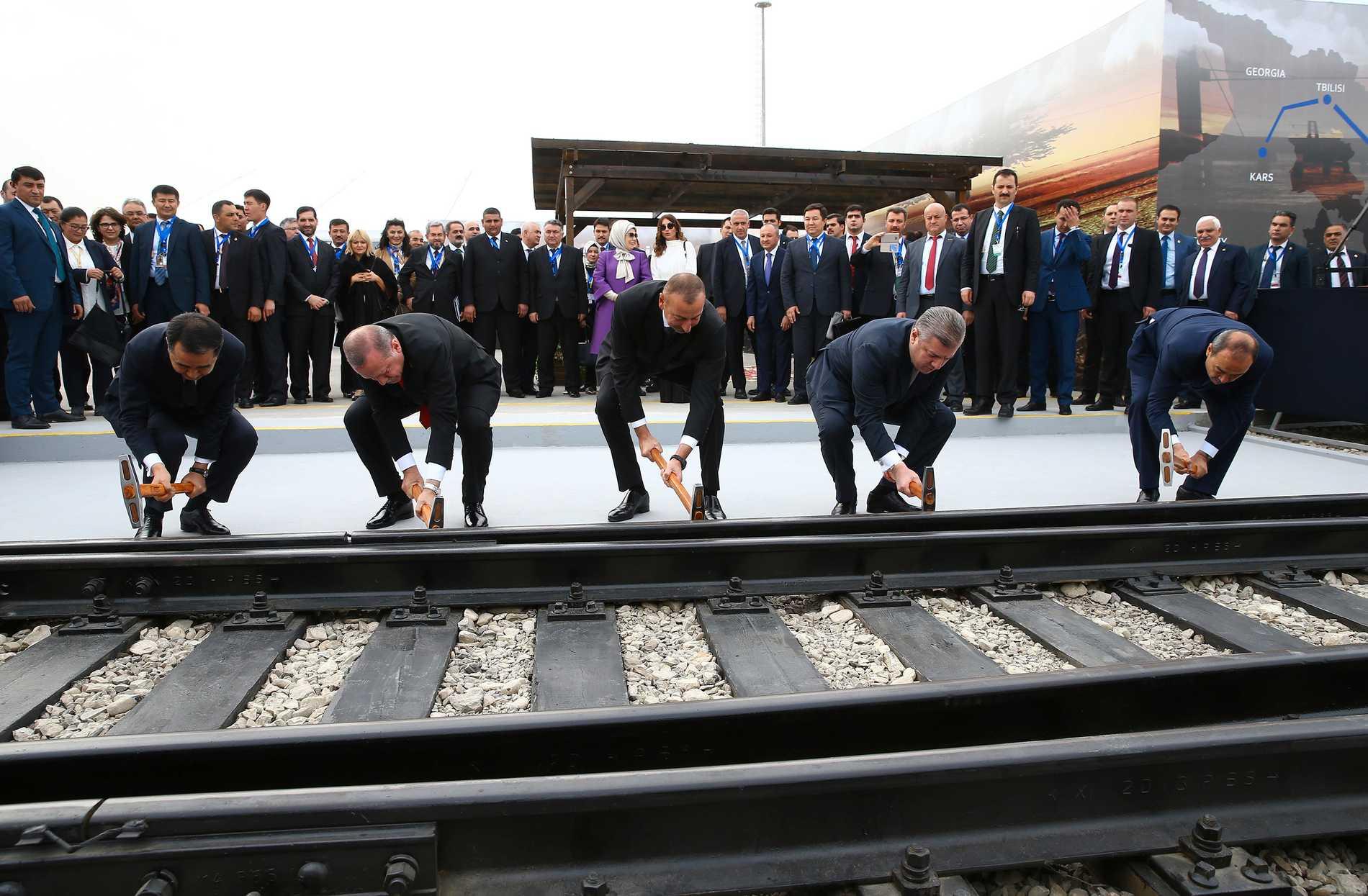 Turkiske presidenten Recep Tayyip Erdogan (andra från vänster) azeriske Ilham Aliyev (mitten) och Georgiens premiärminister Giorgi Kvirikasjvili (andra till höger) inviger bygget av den nya järnvägen.