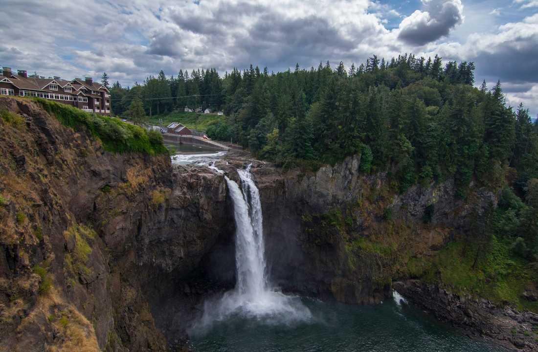 Snoqualmie Falls är så flitigt förekommande i Twin Peaks att det till och med syns i vinjetten.