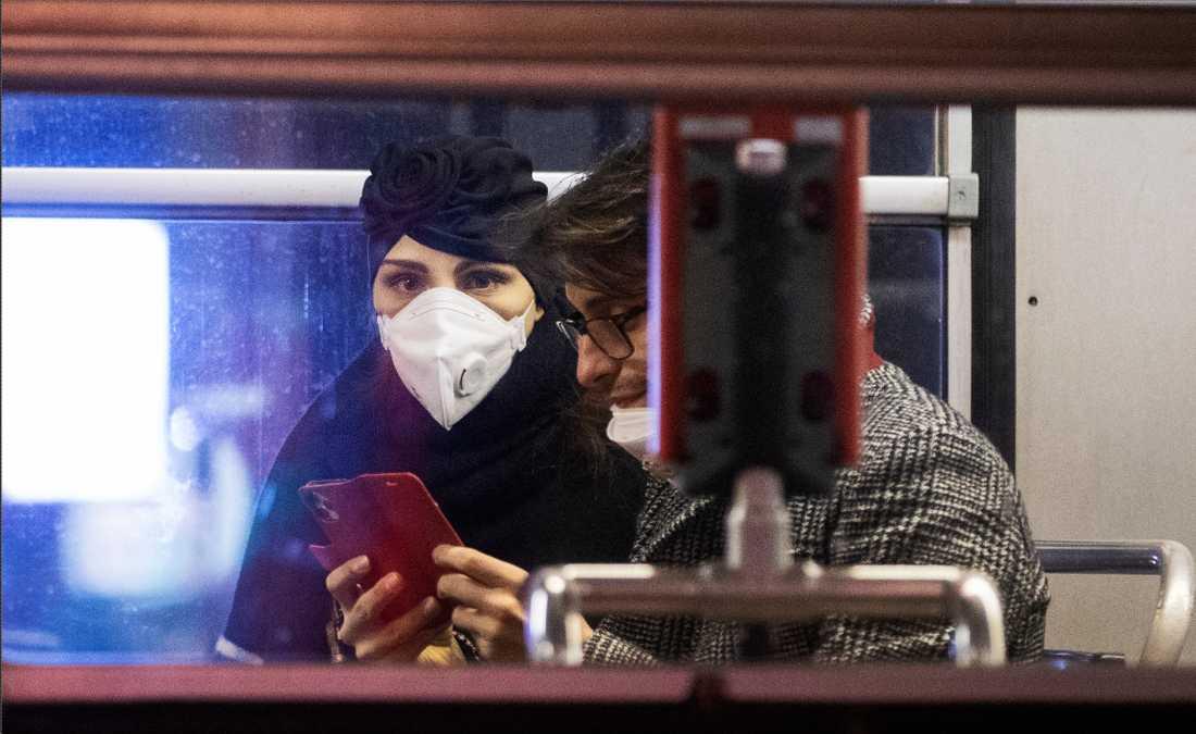 Trafikanter i Milano bär munskydd.