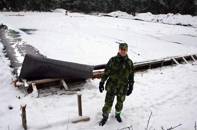 """Vår beredskap är inte godÖverstelöjtnant Hans Håkansson visar var stridsvagnsförrådet ska byggas. Än så länge finns här bara en armerad grund. Före årets slut kommer 14 vagnar att stå här – """"för att underlätta tidig tillgång till tung materiel"""", enligt regeringens försvarsproposition 2008."""