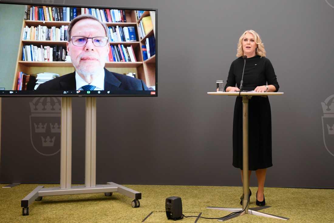Coronakommissionen överlämnade sitt första delbetänkande till regeringen 15 december. Ordförande Mats Melin och socialminister Lena Hallengren deltog på den digitala pressträffen