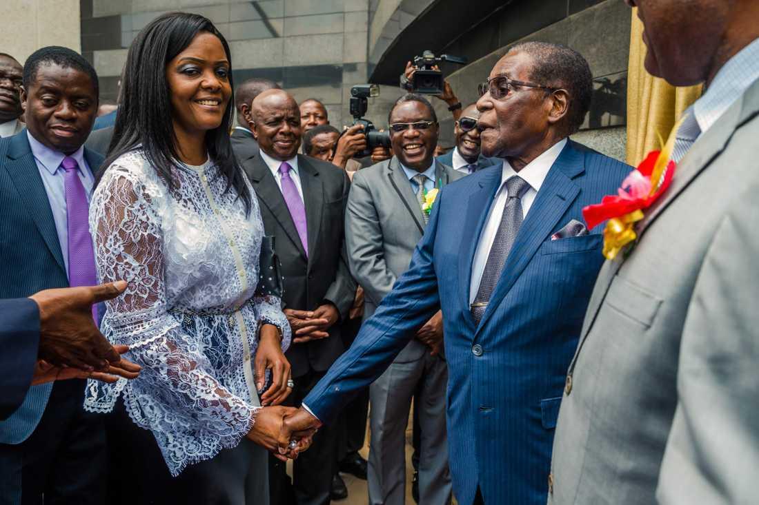 Grace och Robert Mugabe på Harares flygplats, döpt efter presidenten, tidigare den här månaden.