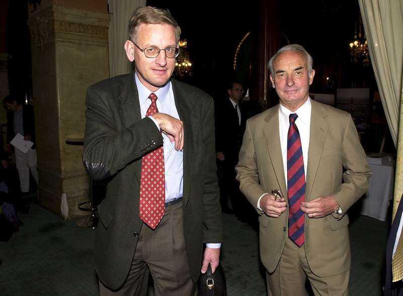 """Carl Bildt och Adolf Lundin vid Lundin oils bolagsstämma i maj 2001. I nya boken """"Oljans pris"""" avslöjas Lundins samarbete med den ökända barnsoldatsmilisen SSUM."""