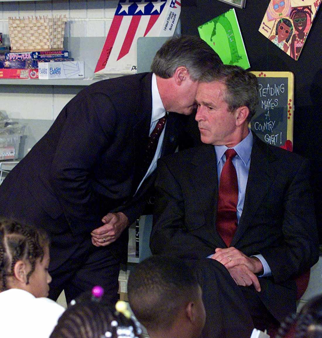 George W Bush får beskedet om terrorattacken under ett besök på en skola i Florida.