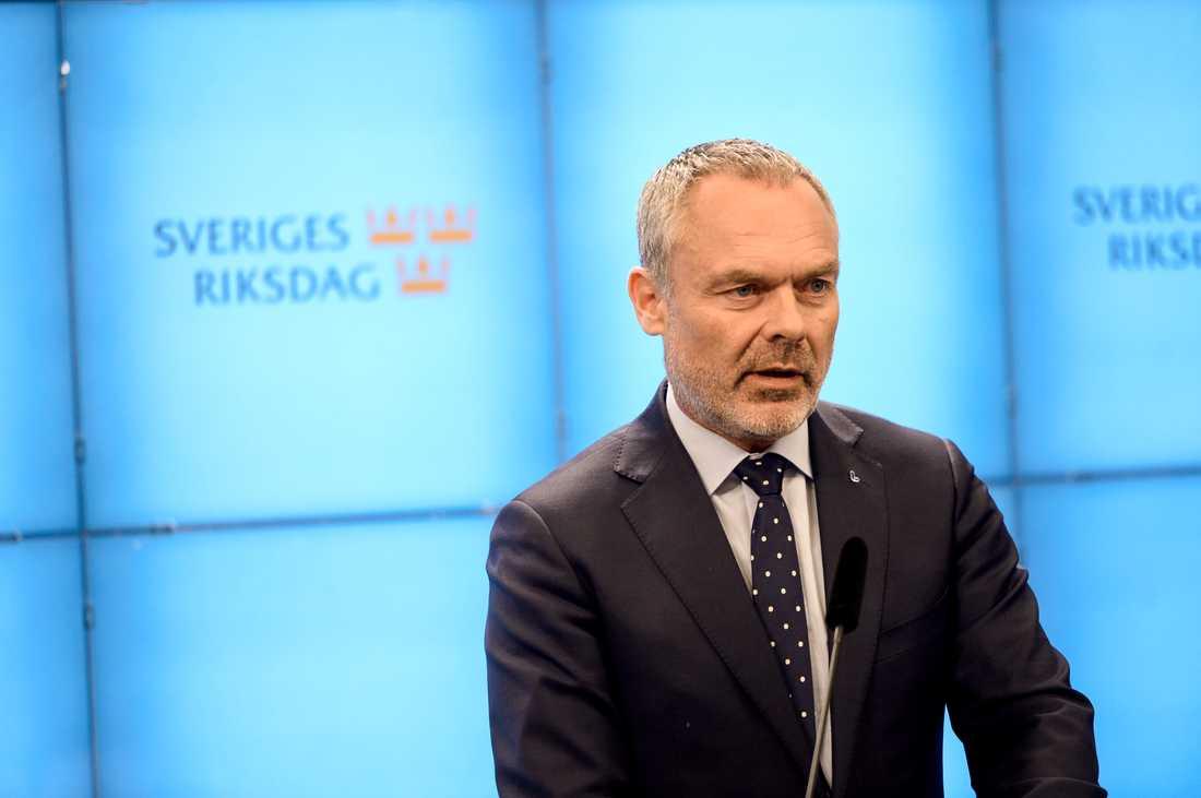 Liberalernas partiledare Jan Björklund meddelar att partiet är berett att släppa fram en S-ledd regering om den accepterar en rad krav.