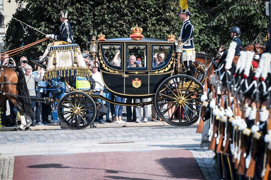 Kungaparet anländer med häst och vagn till riksdagshuset i samband med riksmötets öppnande.