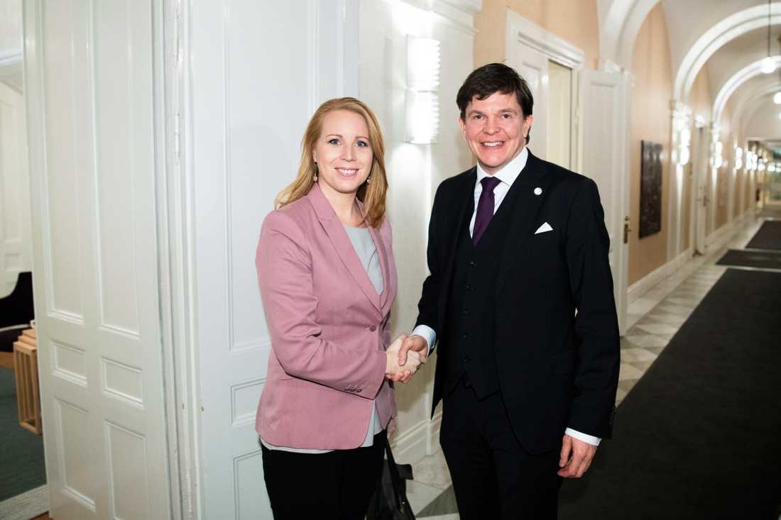 Talman Andreas Norlén tar emot Centerpartiets partiledare Annie Lööf (C) i talmanskorridoren för ytterligare en talmansrunda.