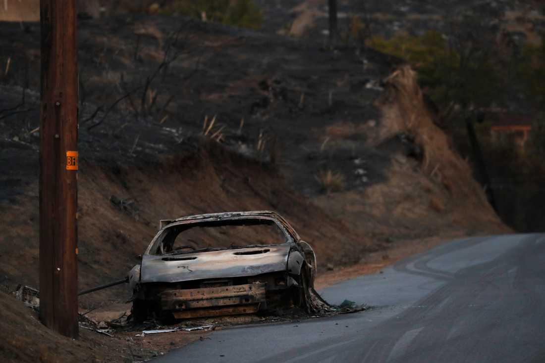 Sönderbränd bil i Woolsey, Malibu.