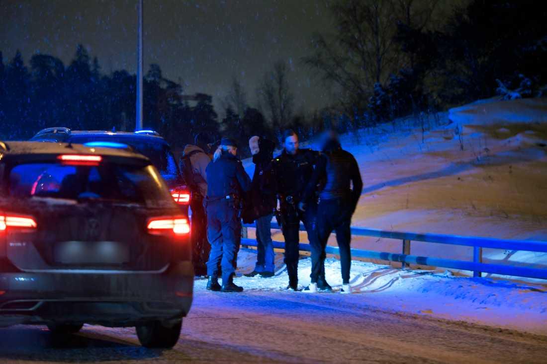 Polisen stoppade en rad fordon på E18 i samband med jakten.