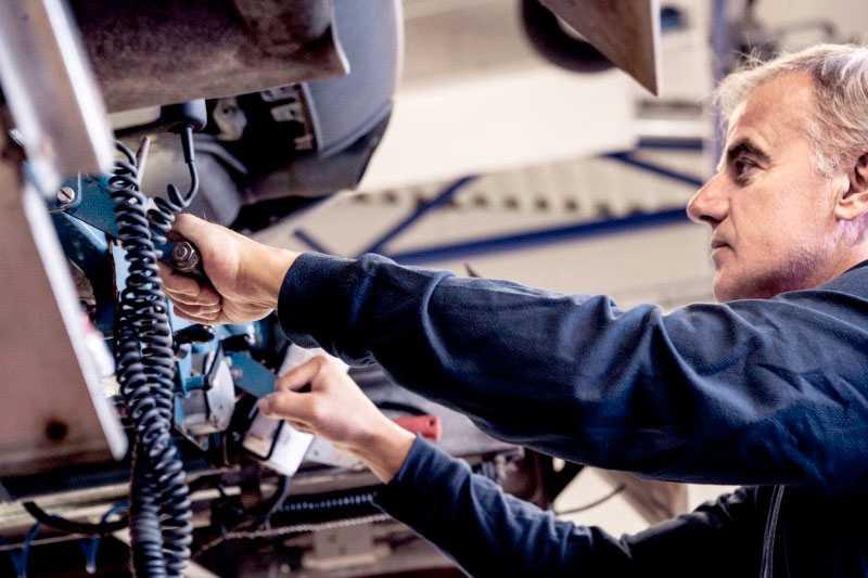 En kontrollbesiktning innehåller många punkter. Från rena funktionstester till att se att det finns varningstriangel i bilen.