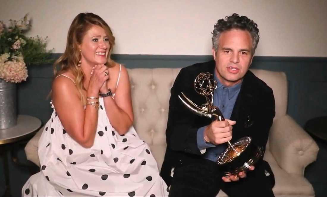 """Mark Ruffalo tar emot pris för tv-serien """"I know this much is true"""". Frun Sunrise Coigney sitter bredvid."""